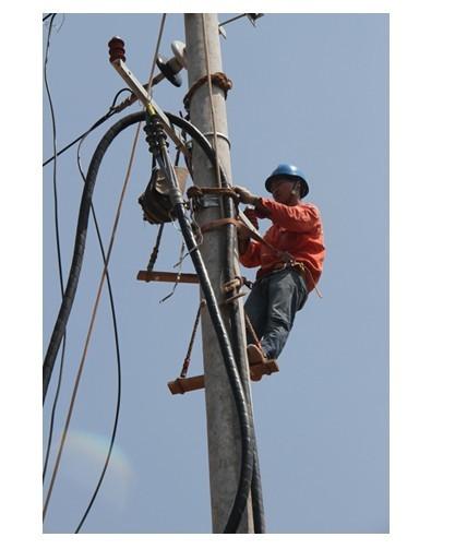 8日19日,笔者又一次走进电力抢险现场,感受一线电力工人在高温下的图片