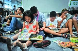 暑假,一些学生通过阅读课外书拓宽知识面。信息时报摄影部供图资料图片