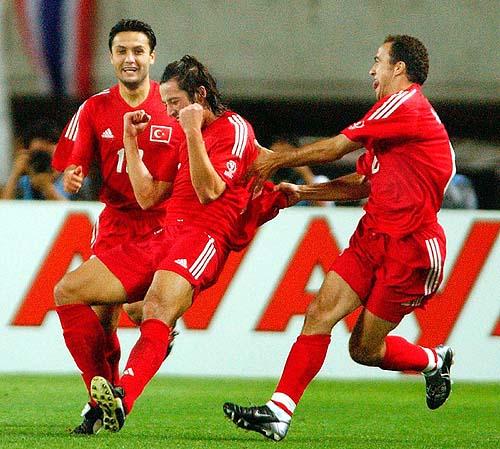 2002年的韩日世界杯上,土耳其球星伊尔汗-曼西兹小组赛在与中国队