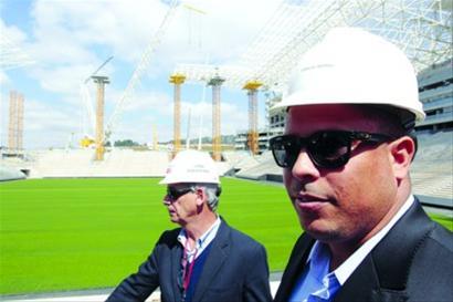 国际足联代表团造访圣保罗,查看球场建设状况,罗纳尔多作为世界杯组委会成员陪同出席。 /CFP