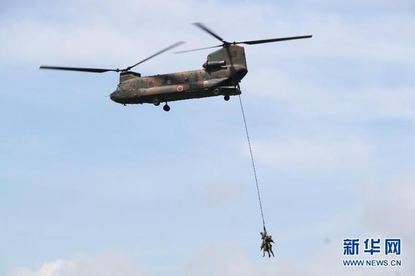 8月20日,日本陆上自卫队运输直升机CH-47J进行运兵空降演练。