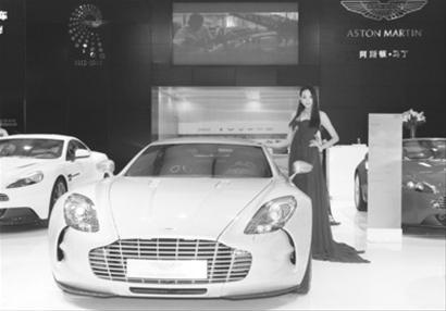 价值4700万元的阿斯顿・马丁跑车一亮相,就吸引了不少市民的目光。半岛晨报、海力网摄影记者孟楠