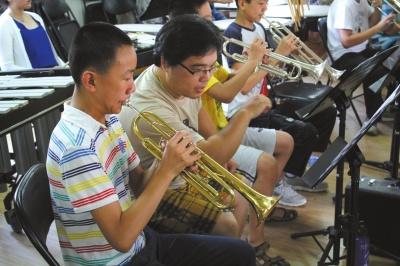 """""""长城森林艺术节少年乐团""""在北京管乐交响乐团专业演奏家们的指导下为艺术节的主题活动进行紧张排练。"""