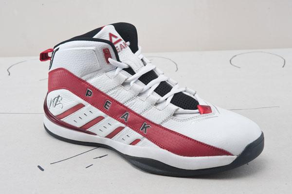 组图:巴蒂尔第二代战靴 舒适性提升抓地力出色