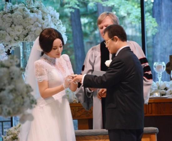 刘晓庆美国结婚_新娘新郎深情一吻(组图) 13-08-20 刘晓庆婚礼细节曝光:本周美国结婚
