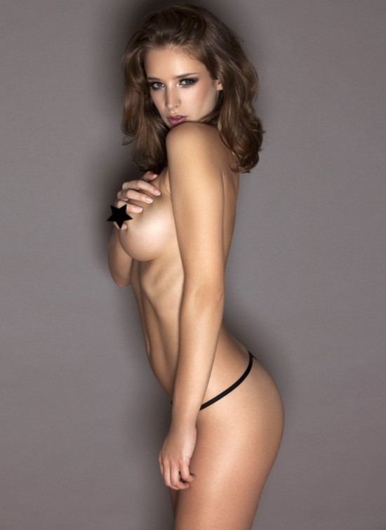 【环球网综合报道】来自英国的内衣女模艾米莉·肖(Emily Shaw)一组最新户外大尺度写真曝光,艾米莉诱惑全裸出镜大秀美好身材,演绎性感极致。