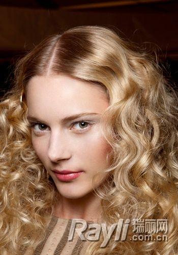 中分蓬松螺旋发   将头发中分开两部分,自额头高度开始用卷发棒卷图片