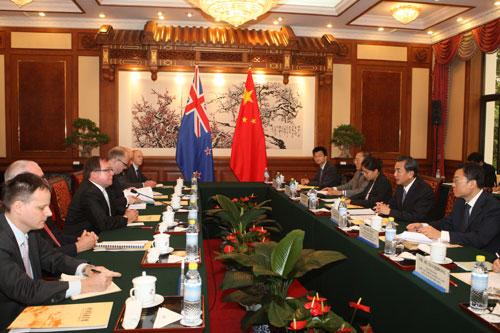 中新网8月23日电据外交部网站消息,2013年8月22日,外交部长王毅在钓鱼台国宾馆与来华正式访问的新西兰外长麦卡利举行会谈。