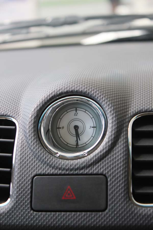 五菱宏光S的空调出风口设计独特,原先的数字时间显示器被更换为白高清图片