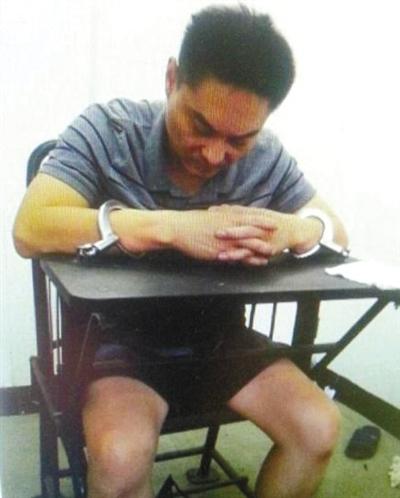 韩磊被控制时接受警方讯问。本组图片为视频截图