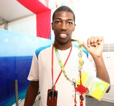 外国运动员展示交换的徽章。