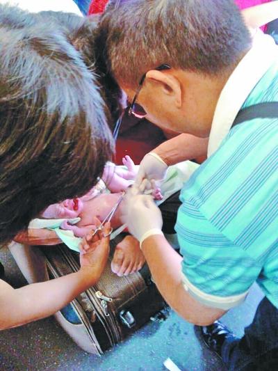 在医生和列车工作人员的帮助下,这位妈妈顺利诞下小宝宝。