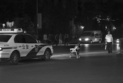 婴儿车停在事发现场.昨晚,大兴西红门桥附近发生车祸,一位母亲