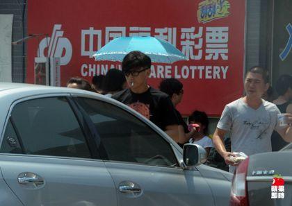 吴奇隆坐上保姆车