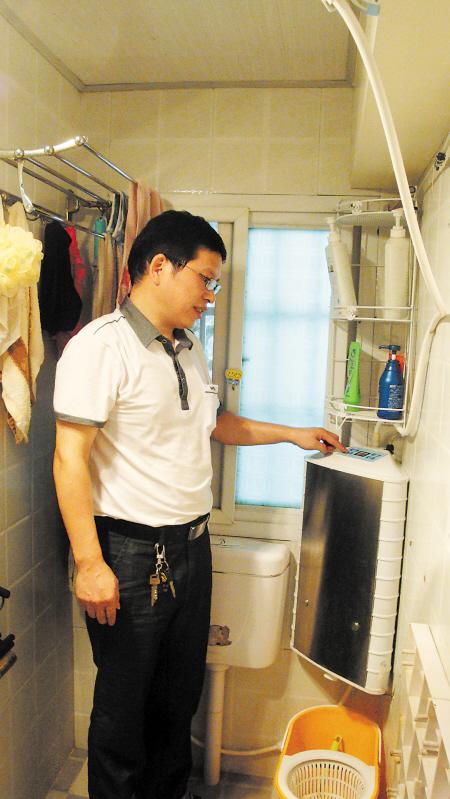 王勇将余热长效回收淋浴器装到了自家的浴室。 王洁 摄