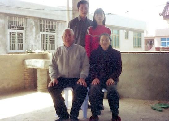 念斌(后排左一)与妻子,父母的合照.