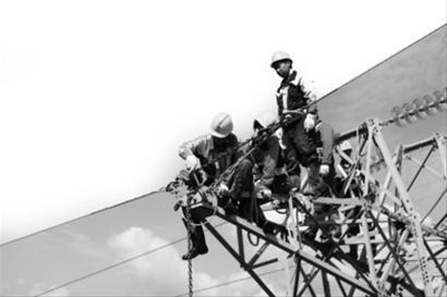 国网抚顺供电公司检修三班潘丕光接到报修电话,土口子线发生倒杆
