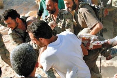 24日,叙利亚首都大马士革,一名政府军士兵被紧急送医。叙利亚政府称这些士兵受到化学武器攻击。新华社发