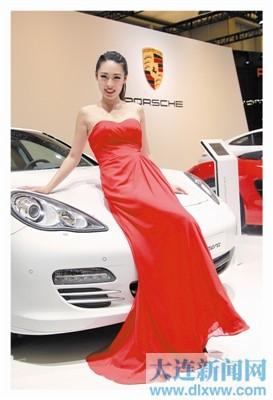 模特在展示新款豪华车。本报记者王华 摄