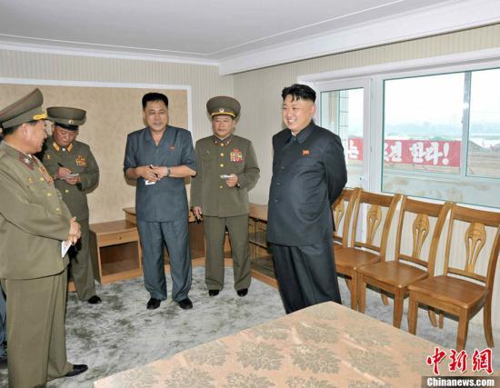 据朝中社8月6日消息,朝鲜最高领导人金正恩视察了即将建设完工的科学家住宅工地现场。