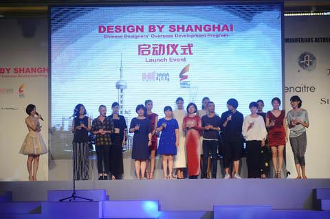 到场嘉宾与设计师共同举杯预祝Design by Shanghai伦敦站成功举办