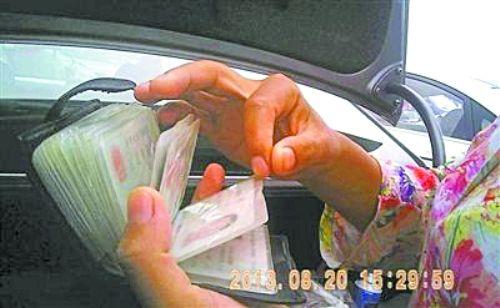"""8月20日,北京花乡,一名卖二手车的女子展示用来""""背户""""的身份证。 图片来自网络 L"""