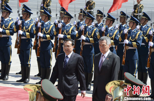 8月26日,中国国务院总理李克强在北京人民大会堂东门外广场举行欢迎仪式,欢迎新加坡总理李显龙访华。中新社发 廖攀 摄