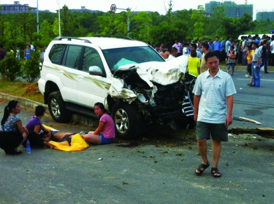 事发现场,肇事车辆车头严重损毁,旁边有人当场死亡