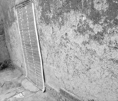 县委土坯房部分脱落的墙体已经加固。