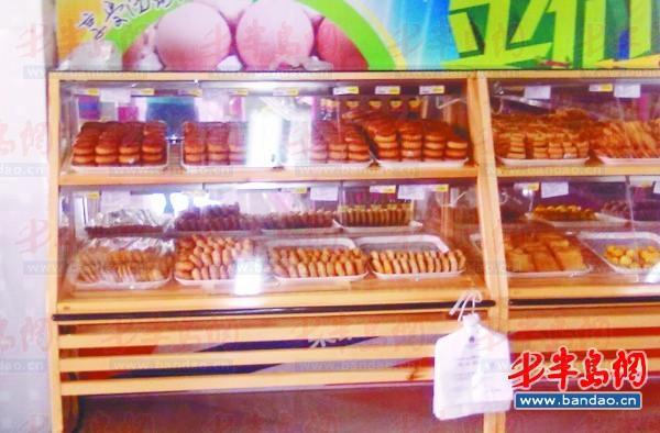 超市发现,与往年相比,今年的月饼流行简约风,月饼礼盒的标价多数已降图片
