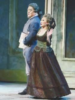 张卓(右)在《费加罗的婚礼》中饰演女管家玛尔切利娜