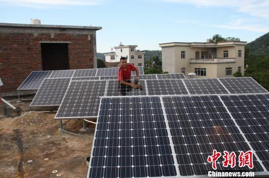 福建漳浦小伙林斯斌自建个人光伏电站,实现自家低碳用电。图为林斌斯家自建楼房顶层的太阳能板。 陈毅聪 摄