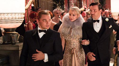 黛西与丈夫汤姆一起参加盖茨比的豪华派对