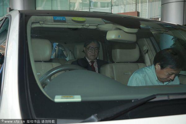 图文:霍震霆得乖孙现身医院 霍震霆坐在车中