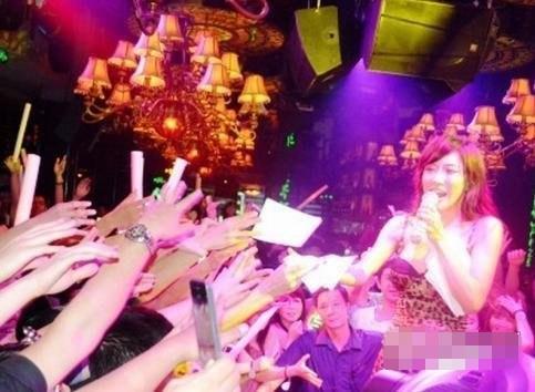 近日陷入裸照风波的女星张暖雅现身内地夜店卖唱,她超性感打扮,穿短到无可再短的裙,挤胸上阵,在人群中唱歌打碟。