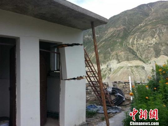 地震导致子庚乡瓦卡村部分民房出现裂缝。 得轩 摄