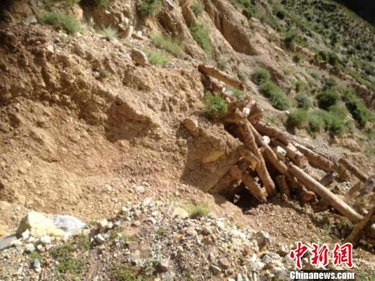 图为震区农村道路塌方。 钟欣 摄
