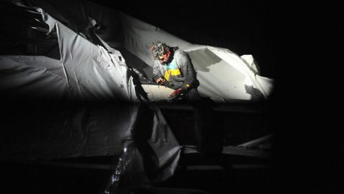 4月19日,波士顿爆炸案嫌犯焦哈尔从躲藏的船中爬出。