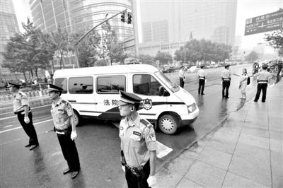 昨日早上,押解李某某的车队开进法院。当日,李某某等5人涉嫌强奸案在海淀法院不公开审理。本版摄影/新京报记者 王贵彬