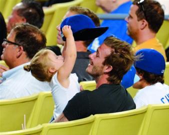 昨天,贝克汉姆带上女儿小七到洛杉矶道奇体育场现场观战芝加哥小熊队与洛杉矶道奇队的棒球比赛,但小七对比赛没有任何兴趣,却对老爸的帽子和头发爱不释手。老爸看棒球,女儿逗老爸,好不欢乐。