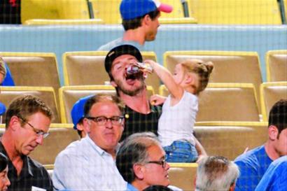 老爸看棒球女儿逗老爸