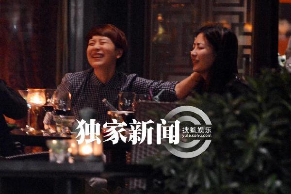 无码女同_海清带女伴会友开心大笑 举止亲密似\