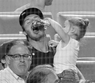 晚报讯 尽管已经宣布退役,但贝克汉姆一家始终是媒体关注的焦点。近日,一组贝克汉姆带子女去看棒球的照片,又被媒体给爆了出来。