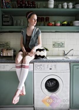 洗衣机放置在了不平坦,湿软的地方。这种情况会对洗衣机造成较大的损害,应及时解决。解决方法较为简单,只需将洗衣机换个地方,放置在坚硬平坦的地面上即可。