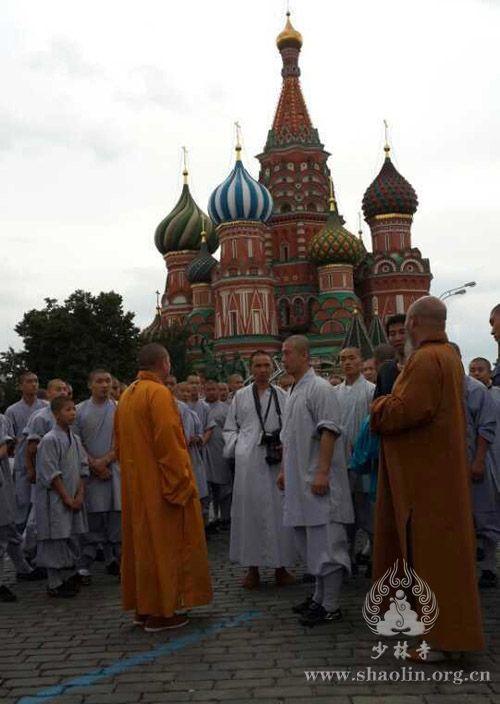 普京邀少林寺武僧团赴俄洋弟子向释永信行跪