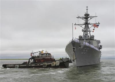 """8月18日,美国""""斯托特""""号导弹驱逐舰离开弗吉尼亚州诺福克军港。新华社发"""