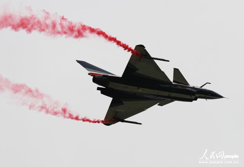 图为中国空军八一飞行表演队的歼十战机进行四机特技编队表演.