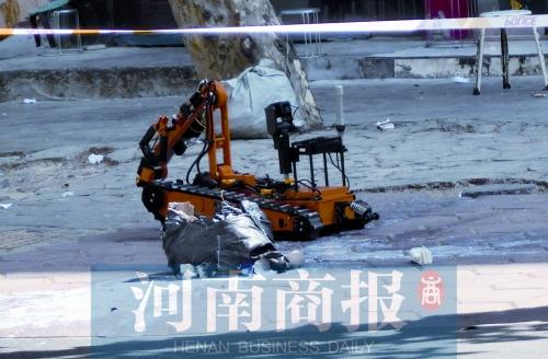 郑州警方接报警称路边被扔危险品 原来是两箱牛奶高清图片