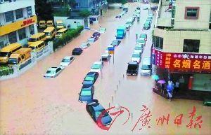 梅华路和安得街交界处的很多辆小车被浸泡在水中。