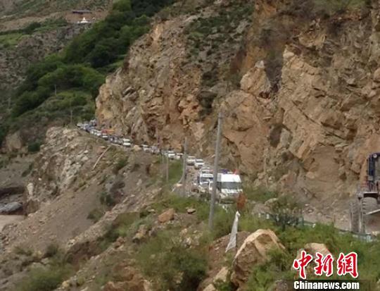 地震导致山上巨石滚落交通中断。 得轩 摄
